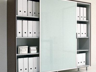 Libreria ad ante scorrevoli in vetro con telaio di base e top